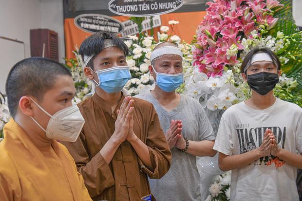 Hồ Văn Cường chỉ mặc 1 chiếc áo trong suốt 10 ngày từ dự lễ cầu siêu, nhận tiền cát-xê đến đi ra ngân hàng-2
