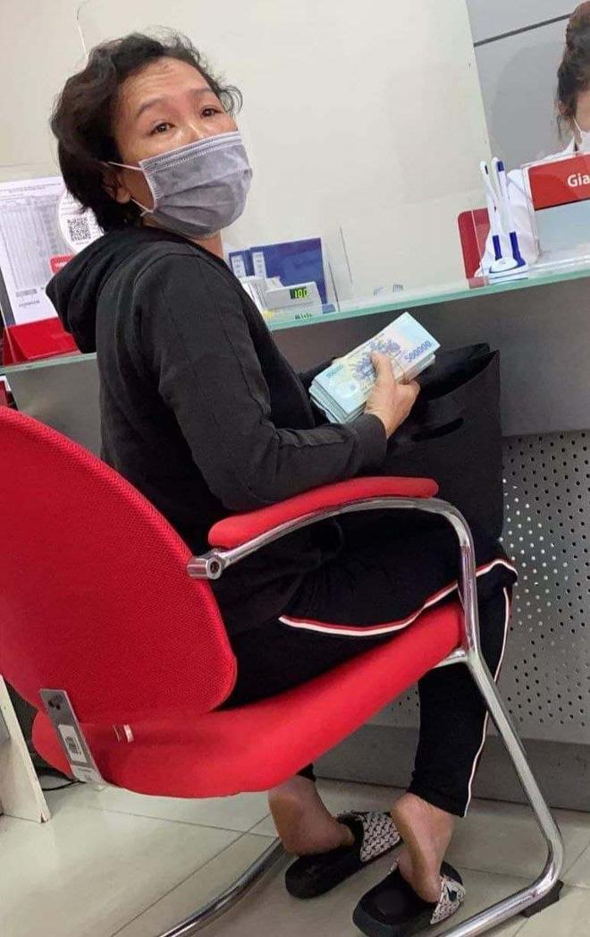 Hồ Văn Cường chỉ mặc 1 chiếc áo trong suốt 10 ngày từ dự lễ cầu siêu, nhận tiền cát-xê đến đi ra ngân hàng-6
