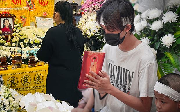 Hồ Văn Cường chỉ mặc 1 chiếc áo trong suốt 10 ngày từ dự lễ cầu siêu, nhận tiền cát-xê đến đi ra ngân hàng-1