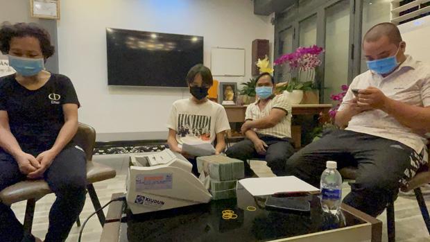Hồ Văn Cường chỉ mặc 1 chiếc áo trong suốt 10 ngày từ dự lễ cầu siêu, nhận tiền cát-xê đến đi ra ngân hàng-4