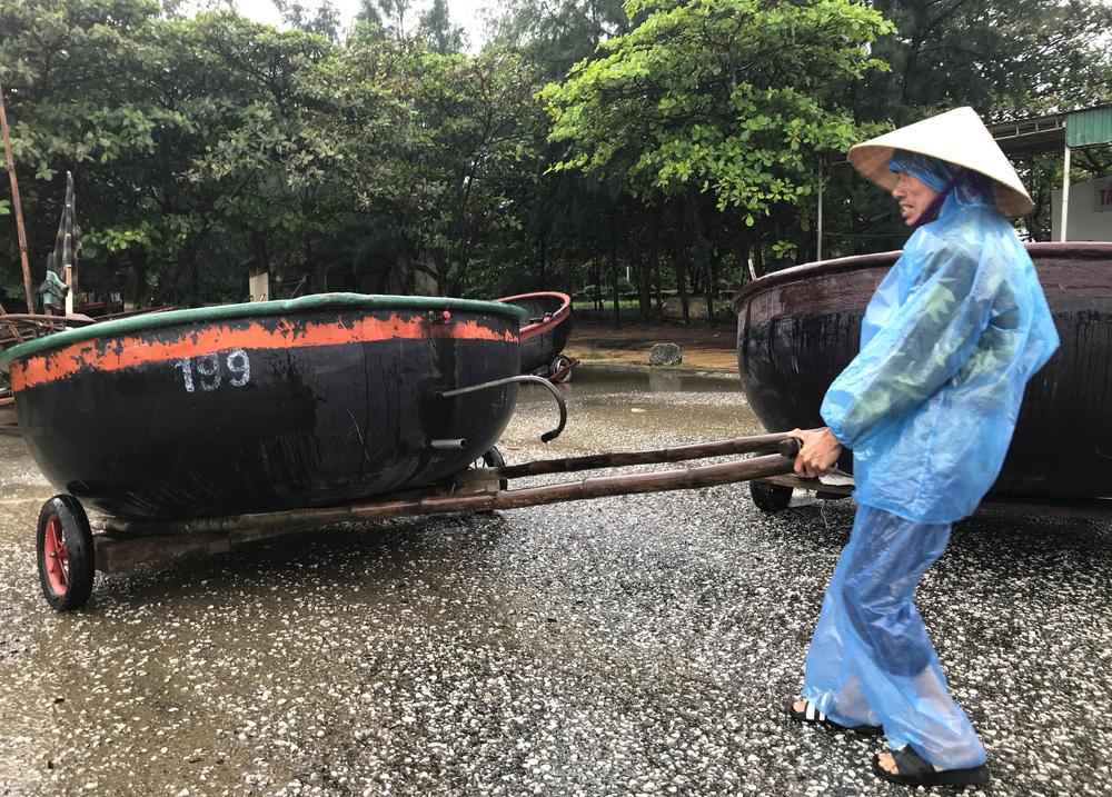 Bão số 8: Sóng cao 5m đang đánh vào bờ biển Nghệ An, hàng trăm khối đất đá sạt lở, đổ xuống quốc lộ-3