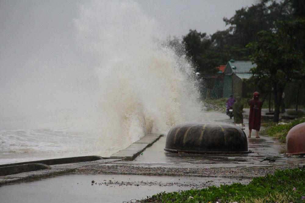 Bão số 8: Sóng cao 5m đang đánh vào bờ biển Nghệ An, hàng trăm khối đất đá sạt lở, đổ xuống quốc lộ-4