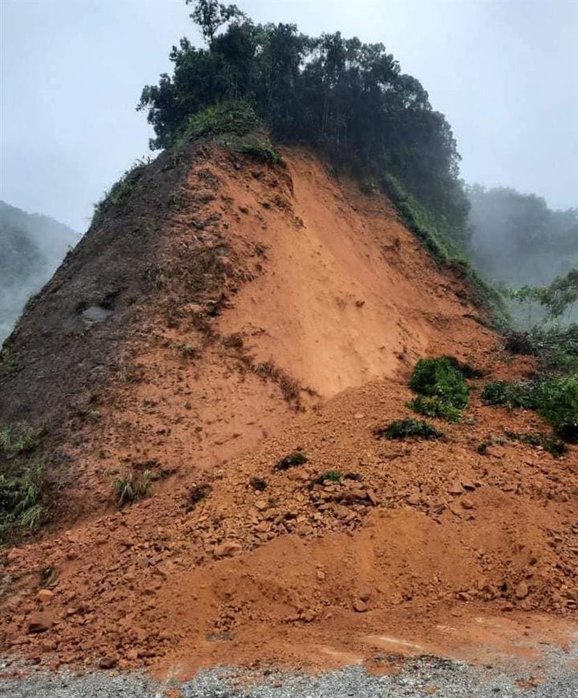 Bão số 8: Sóng cao 5m đang đánh vào bờ biển Nghệ An, hàng trăm khối đất đá sạt lở, đổ xuống quốc lộ-5