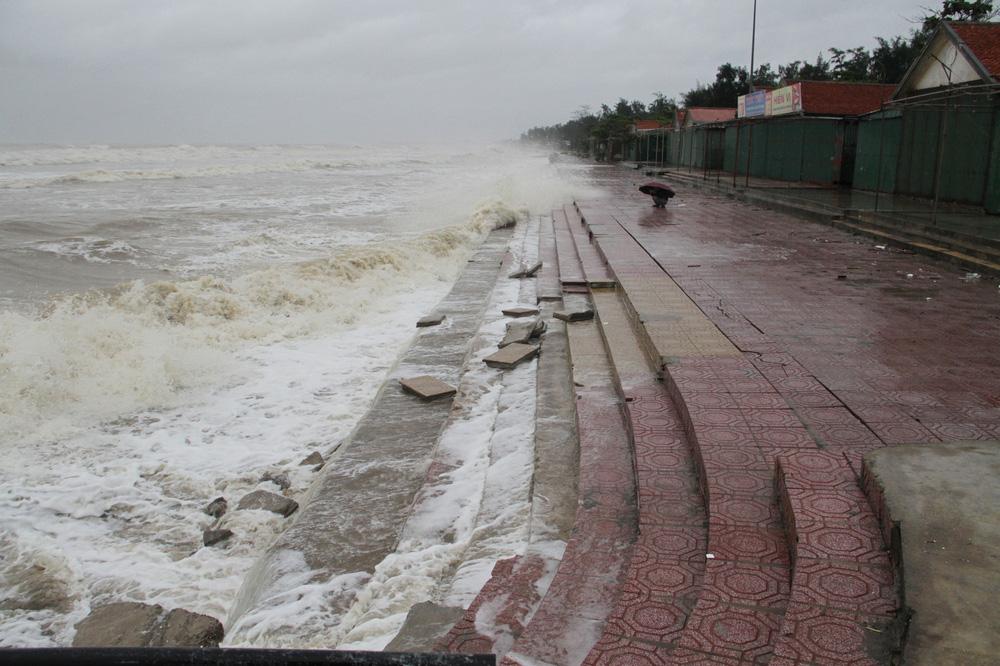Bão số 8: Sóng cao 5m đang đánh vào bờ biển Nghệ An, hàng trăm khối đất đá sạt lở, đổ xuống quốc lộ-7