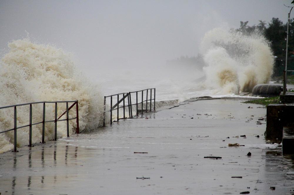 Bão số 8: Sóng cao 5m đang đánh vào bờ biển Nghệ An, hàng trăm khối đất đá sạt lở, đổ xuống quốc lộ-13