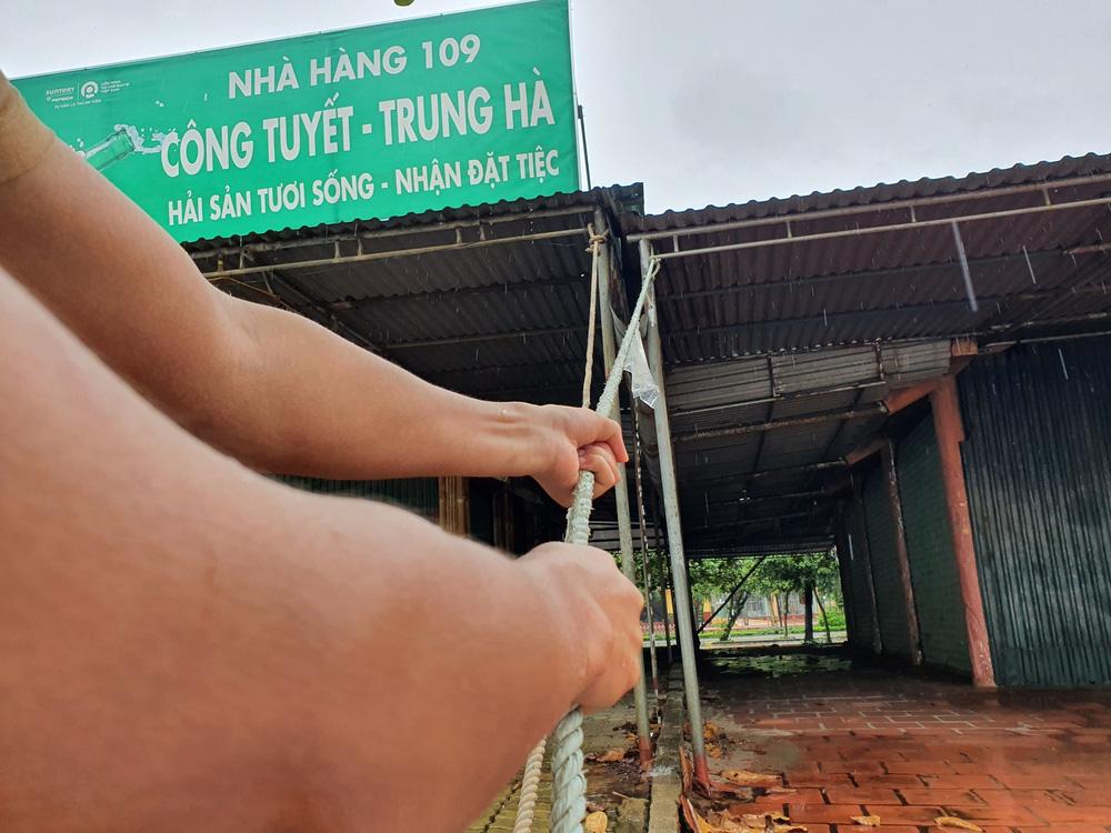 Bão số 8: Sóng cao 5m đang đánh vào bờ biển Nghệ An, hàng trăm khối đất đá sạt lở, đổ xuống quốc lộ-15