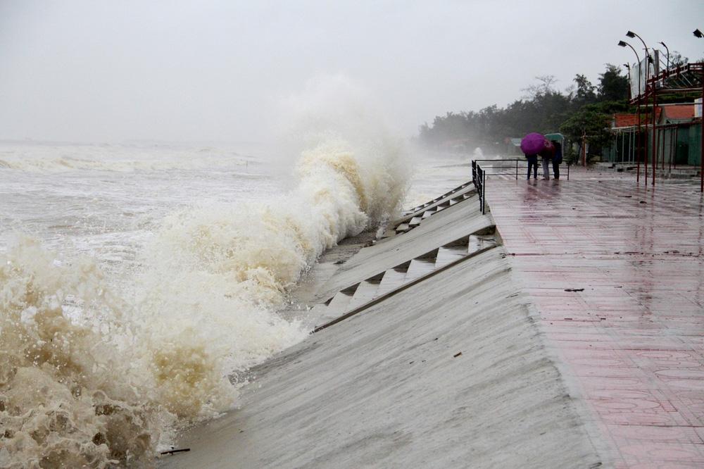 Bão số 8: Sóng cao 5m đang đánh vào bờ biển Nghệ An, hàng trăm khối đất đá sạt lở, đổ xuống quốc lộ-8