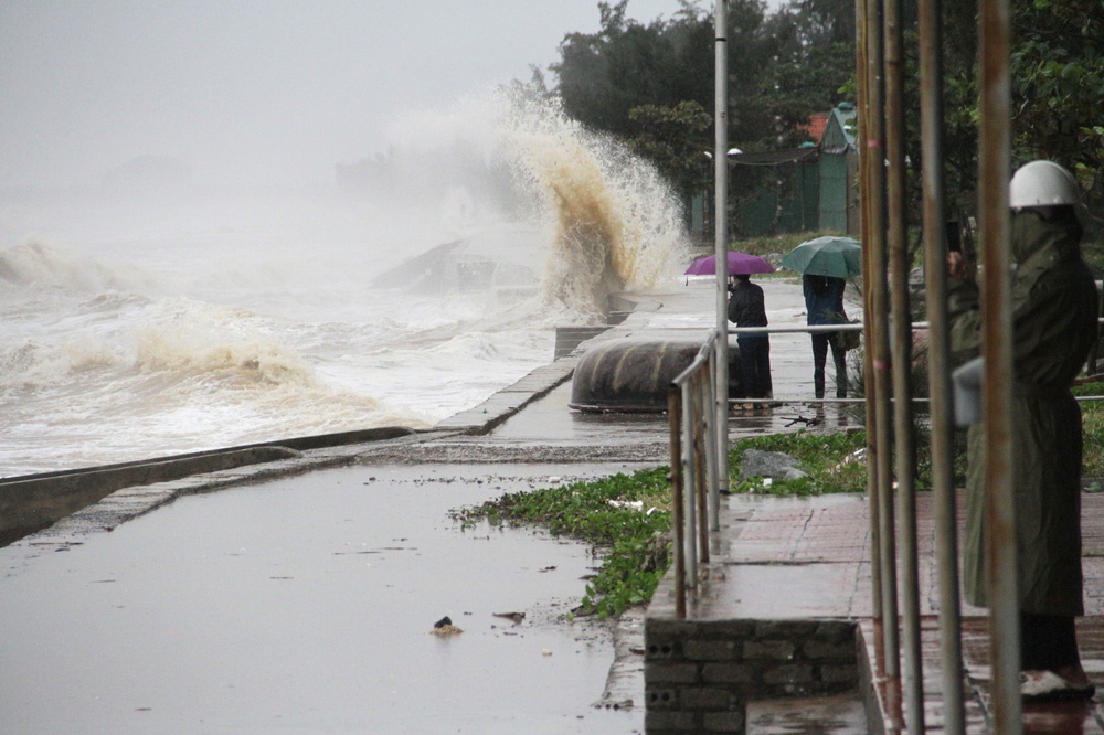 Bão số 8: Sóng cao 5m đang đánh vào bờ biển Nghệ An, hàng trăm khối đất đá sạt lở, đổ xuống quốc lộ-9