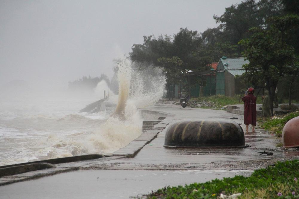 Bão số 8: Sóng cao 5m đang đánh vào bờ biển Nghệ An, hàng trăm khối đất đá sạt lở, đổ xuống quốc lộ-10