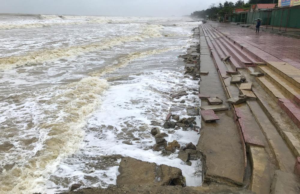 Bão số 8: Sóng cao 5m đang đánh vào bờ biển Nghệ An, hàng trăm khối đất đá sạt lở, đổ xuống quốc lộ-18