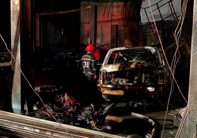 Cháy garage ô tô, 3 xe sang gồm Range Rover và Audi bị nướng chín-1