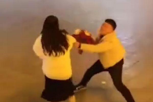 Vất vả nuôi bạn gái học đại học, chàng trai bị đá ngay sau khi nàng tốt nghiệp liền quỳ sụp giữa đường níu kéo-1