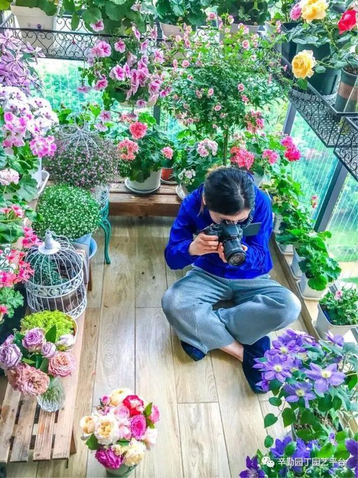 Ban công chỉ rộng vỏn vẹn 7m² nhưng tràn ngập hoa đẹp như cổ tích của bà mẹ 2 con-10