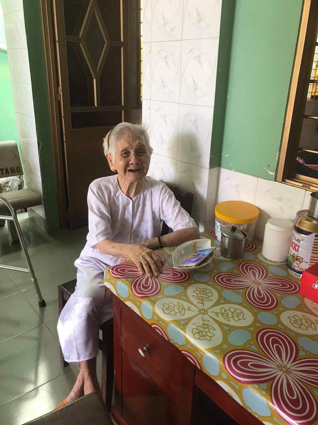 Nghẹn ngào khoảnh khắc mẹ 105 tuổi bật khóc khi gặp con gái 84 tuổi sau 4 tháng giãn cách: Má nhớ con thiệt mà hổng biết con ở đâu-1