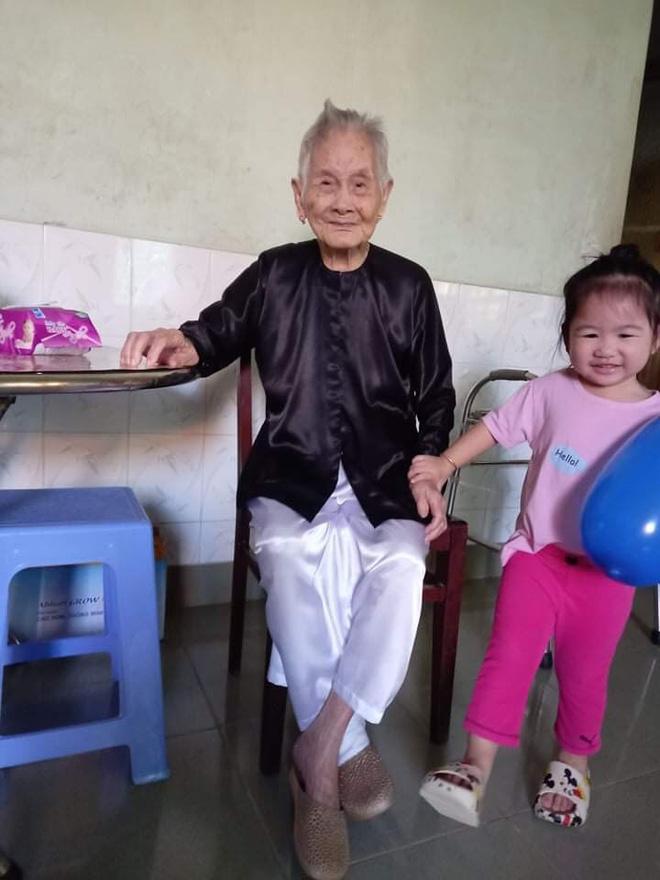 Nghẹn ngào khoảnh khắc mẹ 105 tuổi bật khóc khi gặp con gái 84 tuổi sau 4 tháng giãn cách: Má nhớ con thiệt mà hổng biết con ở đâu-3