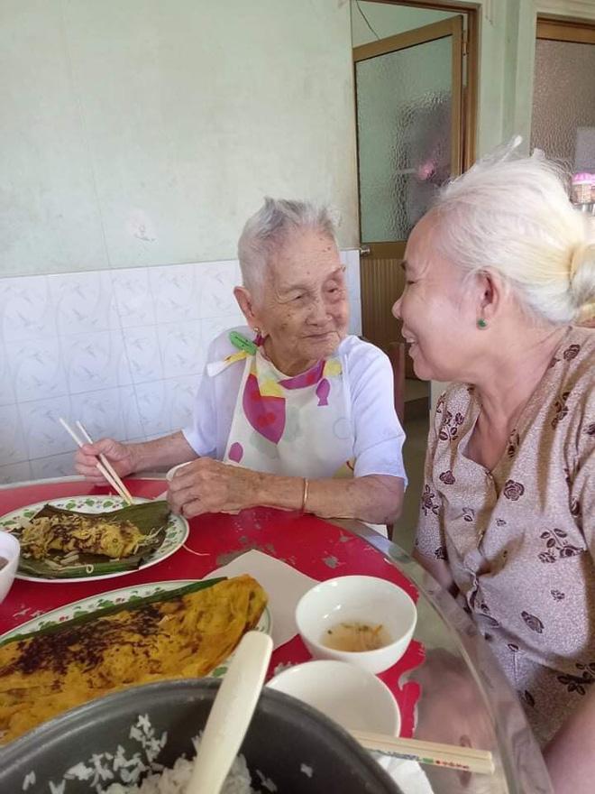 Nghẹn ngào khoảnh khắc mẹ 105 tuổi bật khóc khi gặp con gái 84 tuổi sau 4 tháng giãn cách: Má nhớ con thiệt mà hổng biết con ở đâu-4