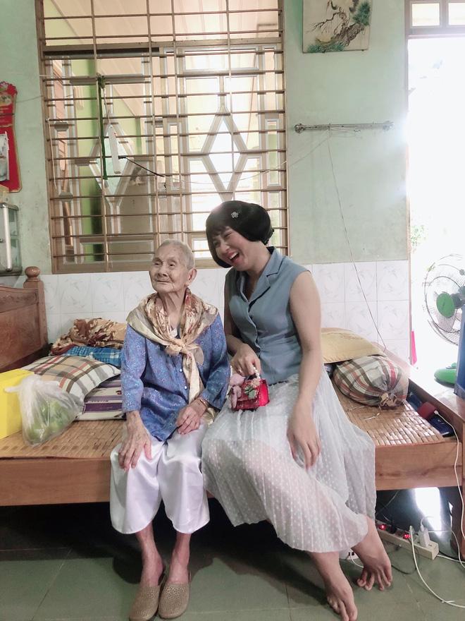 Nghẹn ngào khoảnh khắc mẹ 105 tuổi bật khóc khi gặp con gái 84 tuổi sau 4 tháng giãn cách: Má nhớ con thiệt mà hổng biết con ở đâu-5