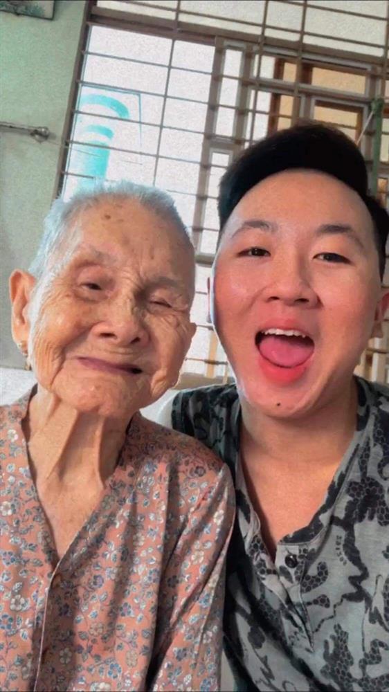 Nghẹn ngào khoảnh khắc mẹ 105 tuổi bật khóc khi gặp con gái 84 tuổi sau 4 tháng giãn cách: Má nhớ con thiệt mà hổng biết con ở đâu-6