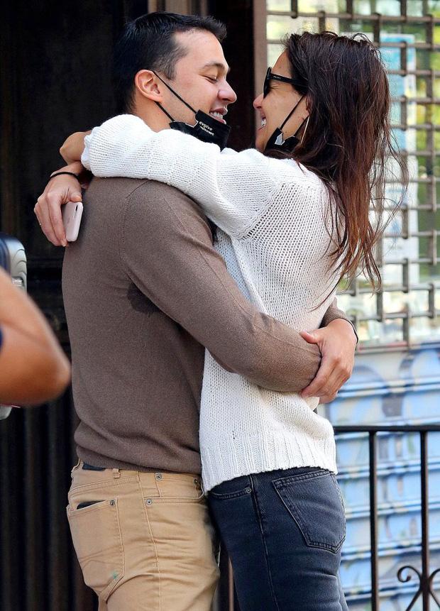 Suri Cruise giận dỗi vì mẹ có bạn trai, quyết định chuyển đến sống cùng Tom Cruise sau gần 10 năm bị bỏ rơi?-1
