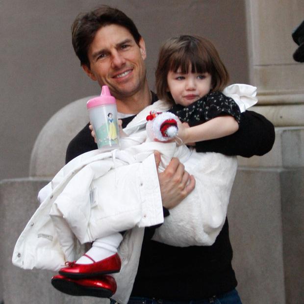 Suri Cruise giận dỗi vì mẹ có bạn trai, quyết định chuyển đến sống cùng Tom Cruise sau gần 10 năm bị bỏ rơi?-5