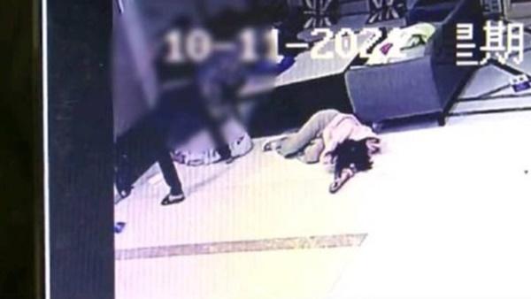 Biết bạn gái đi ngoại tình, thanh niên xăm trổ tới khách sạn đập nát Mercedes cô này đi mượn và đánh trọng thương 2 nhân viên-3