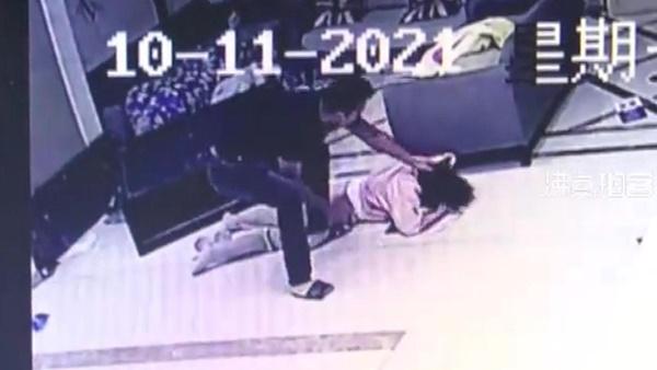 Biết bạn gái đi ngoại tình, thanh niên xăm trổ tới khách sạn đập nát Mercedes cô này đi mượn và đánh trọng thương 2 nhân viên-2