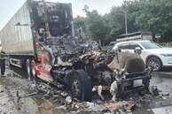 Kinh hoàng xe container đang đi thì bốc cháy ngùn ngụt, tài xế bung cửa bỏ chạy
