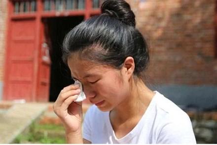 Để trị bệnh cho bố chồng, cô con dâu góa chồng suốt 5 năm trời đã làm chuyện khiến cả làng xúc động rơi nước mắt