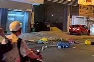 Người phụ nữ ném đồ đạc từ khách sạn xuống đường