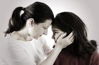 Sau khi tôi và chồng 'ly hôn giả', con gái lặng lẽ nhắn tin cho tôi: 'Mẹ ơi, đừng bao giờ tái hôn với bố!'